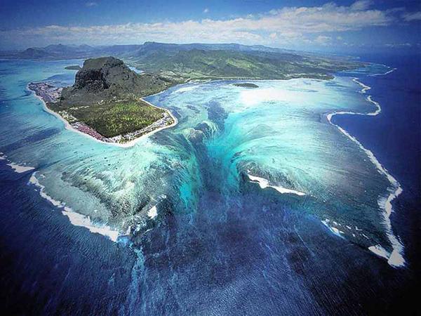 underwater-waterfall450px.jpg